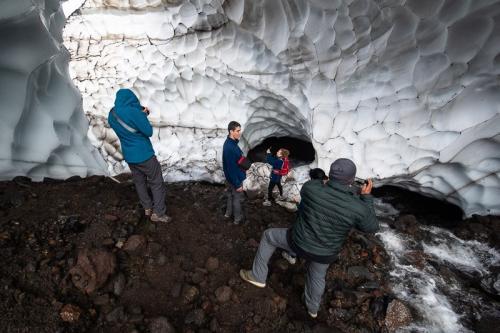 מערת קרח למרגלות הר הגעש מוטנובסקי, קמצ'טקה - Wild Travel