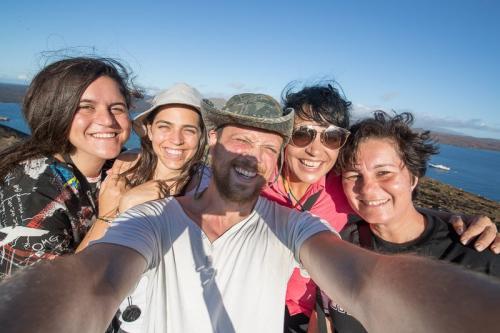 יואל המדריך עם המטיילות שלנו באיי גלפגוס - Wild Travel