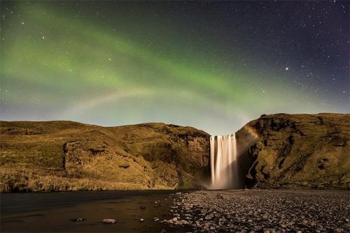 זוהר צפוני מעל מפל סקוגר פוס באיסלנד - Wild Travel