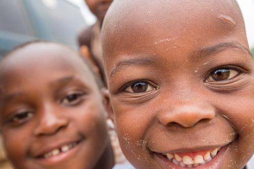 ילדים סקרניים ליד הג'יפ, אוגנדה - Wild Travel
